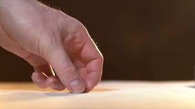 Ręka bierze jeden pastylkę Traktowanie dzisiaj zbiory wideo