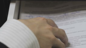Ręka bierze out pudełkowatej torbie konwulsyjnych ruchy zdjęcie wideo