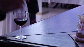 Ręka bierze szkło wino Wineglass i ręka zdjęcie wideo