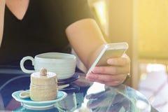 Ręka biznesmen Bezprzewodowy Smartphone z filiżanką lub Męski use Zdjęcia Stock