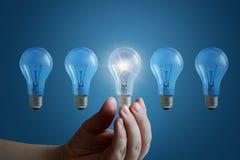 Ręka biznesmen dotyka światła i lampę ja zdjęcie stock
