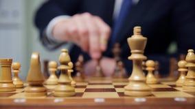 ręka biznesmen poruszająca szachowa postać w turniejowej sukces sztuce strategii, zarządzania lub przywódctwo pojęcie, zbiory