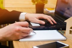 Ręka biznesmen w kostiumu na klawiaturowym plombowaniu i podpisywaniu zdjęcia stock