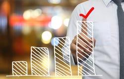 Ręka biznesmena use palca dotyka wierzchołka prętowy wykres w ikona czeku Obrazy Royalty Free