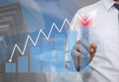 Ręka biznesmena use palcowy wskazywać wierzchołek wykres Fotografia Stock