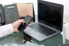 Ręka biznesowego mężczyzna use mądrze działanie i telefon Zdjęcia Royalty Free