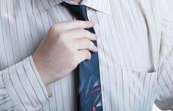 Ręka biznesowy mężczyzna prostuje jego krawat Obrazy Royalty Free