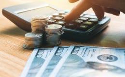 Ręka biznesowy osoby kładzenia kalkulator kalkulować o bu Fotografia Royalty Free