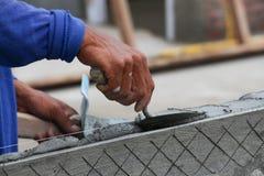 Ręka budowniczego pracownika gipsowanie przy ścianą Zdjęcia Stock