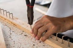 Ręka cążków mężczyzna robić haczyk na drewnie Fotografia Royalty Free