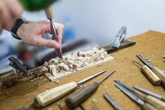Ręka carver cyzelowania drewno obrazy royalty free