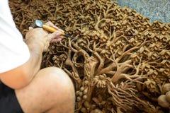 Ręka carver cyzelowanie zdjęcia stock
