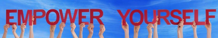 Ręka chwyta Czerwony Prosty ono Upełnomocnia niebieskie niebo Fotografia Royalty Free