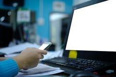 Ręka chwyta komputeru i telefonu komórkowego egzamin próbny up na ekranie, technolog zdjęcia stock