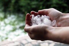 Ręka chwyta lód Fotografia Stock