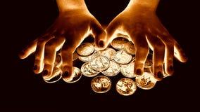 Ręka chwyta monety dla pieniężnych i oszczędzania pojęć Fotografia Stock