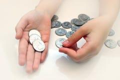 Ręka chwyta monety dla pieniężnych i oszczędzania pojęć, oszczędzanie pieniądze, waluta przychody, tonujący fotografia royalty free