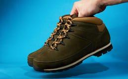 Ręka chwyta para wycieczkować buty Zdjęcie Stock