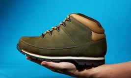 Ręka chwyta podwyżki but Zdjęcia Stock
