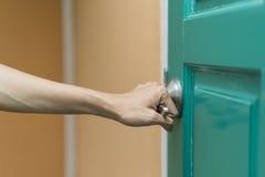 Ręka chwyta rękojeść drzwi zdjęcie stock