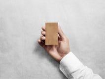 Ręka chwyta rzemiosła wizytówki projekta pusty pionowo mockup Zdjęcie Stock
