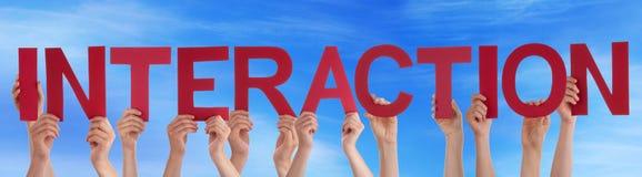 Ręka chwyta słowa interakci Czerwony Prosty niebieskie niebo Zdjęcia Royalty Free