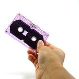 Ręka chwyta taśmy kaseta Zdjęcia Royalty Free