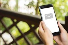 Ręka chwyta telefon komórkowy z emaila ostrzeżeniem na ekranie, wyśmiewa up zdjęcie royalty free