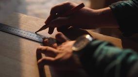 Ręka cieśla bierze pomiar drewniana deska słońce racy ob tło zdjęcie wideo