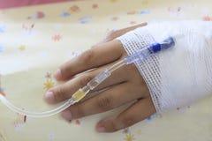 Ręka cierpliwy lying on the beach na łóżka szpitalnego use dla zdrowie i leczenia obrazy stock