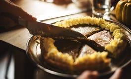 Ręka Ciie Dyniowego kulebiaka dziękczynienia Deserowego pojęcie zdjęcia royalty free