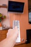 ręka człowieka kontrolne daleko zdjęcie stock