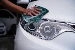 Ręka czyści samochodowego reflektor 2 fotografia royalty free