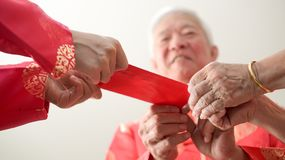 Ręka daje czerwieni odkrywa dla Chińskiego nowego roku festiwalu zdjęcie stock