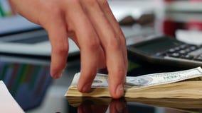 Ręka daje dolarowym rachunkom na biuro stole Bank oferuje natychmiastowego przelew pieniędzy zbiory