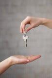 Ręka daje kluczom inny ręce Fotografia Royalty Free