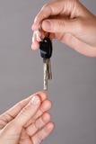 Ręka daje kluczom ręka inna osoba Zdjęcie Stock