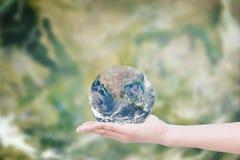 Ręka daje ziemi uratować ziemię Elementy ten wizerunku fu Zdjęcia Stock