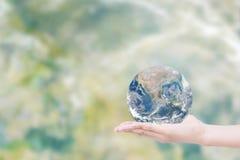 Ręka daje ziemi uratować ziemię Elementy ten wizerunku fu Obraz Royalty Free