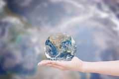 Ręka daje ziemi uratować ziemię Elementy ten wizerunku fu Obrazy Stock