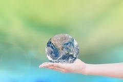 Ręka daje ziemi uratować ziemię Elementy ten wizerunku fu Zdjęcie Royalty Free