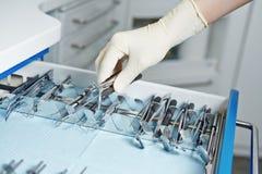 Ręka dentysty dojechanie dla stomatologicznych narzędzi Obraz Stock