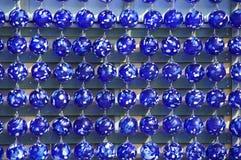 Ręka dmuchający błękitni szklani puchary Obrazy Stock