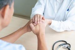 Ręka doktorska kobieta trzymający dalej jej starszego pacjenta obrazy stock
