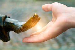 Ręka dosięga out ręka, Żelazna ręka miewa skłonność istota ludzka, conceptually Zdjęcie Stock