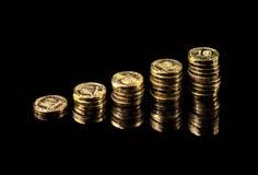 Ręka dostarcza stertę moneta wykresu zysku przyrost na czarnym tle Zdjęcia Royalty Free