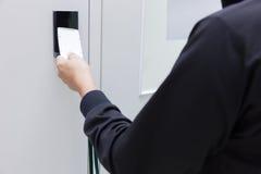 Ręka dotyka ochrony alarma klawiatura z kartą Obraz Stock