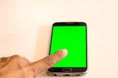 ręka dotyka zieleni ekranu mądrze telefon Zdjęcie Stock