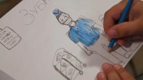 Ręka dziecko rysuje lekarkę z błękitnym ołówkiem na papierze Nad obrazek napisze: «Stomatologiczny chirurg «w rosjaninie zbiory