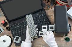 Ręka fotograf digitize ekranowego obruszenie dla ratować zdjęcia royalty free